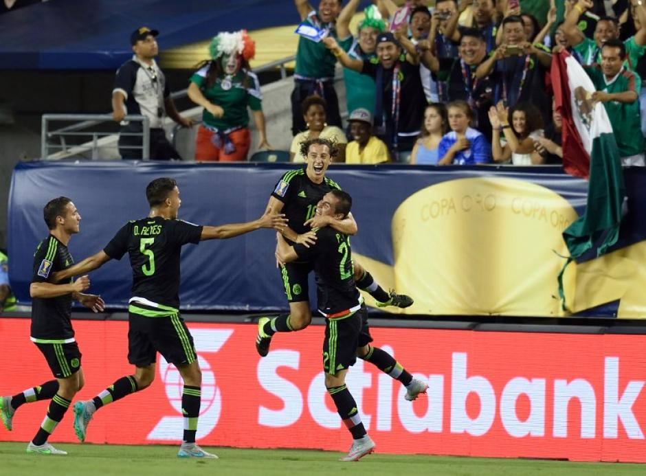 Guardado celebra junto a sus compañeros el primer gol de México ante Jamaica.