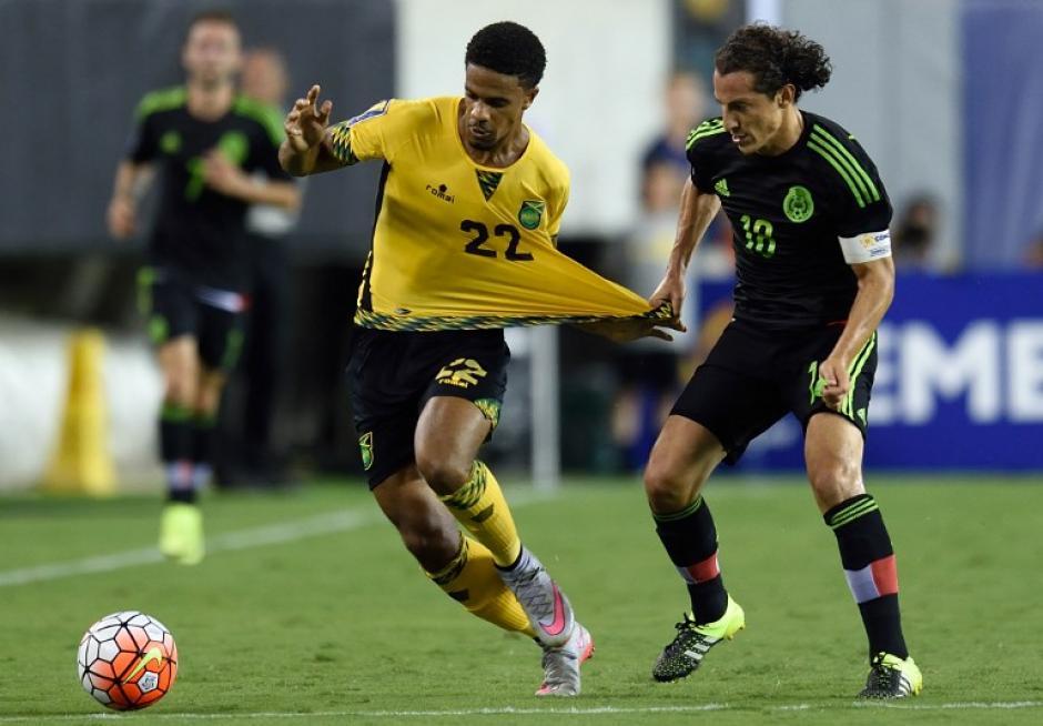 Guardado jala a un rival jamaiquino de la camiseta. (Foto: AFP)