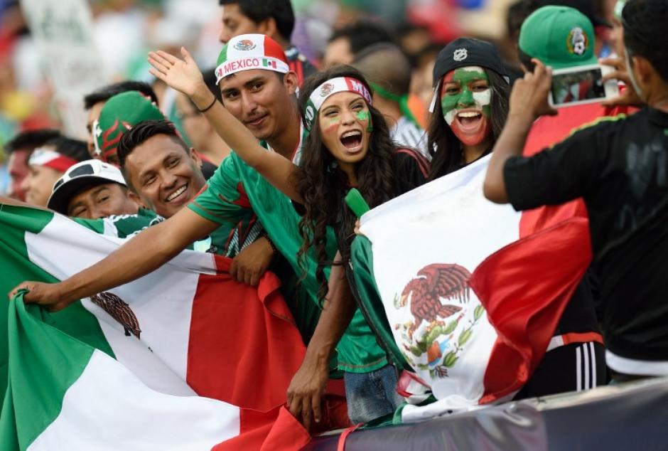 Aficionados mexicanos en el graderío del Lincoln Financial Field
