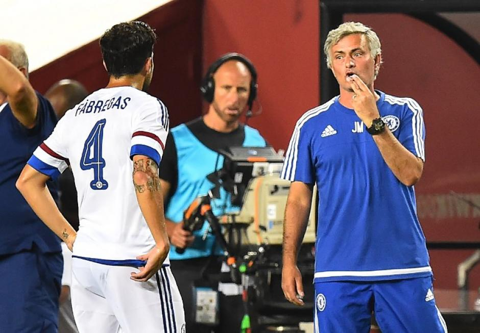 Mourinho da indicaciones a Fábregas, exjugador del Barcelona. (Foto: AFP)