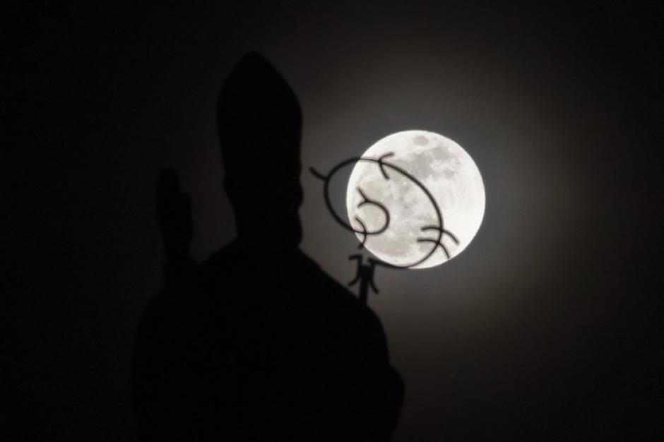 La Superluna aparece sobre la iglesia de San Nicolás, en Cali, Colombia. (FOTO: Luis Robayo/AFP)