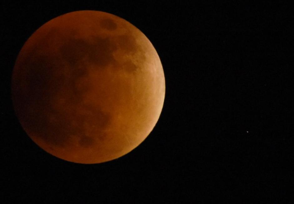 Vista de la Superluna desde Caracas. (Foto: Juan Barreto/AFP)