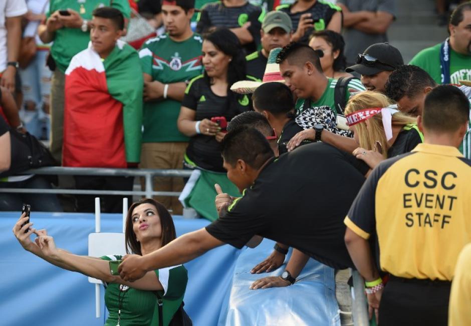 Aficionados mexicanos aprovecharon a tomarse algunas selfies en el Rose Bowl de Pasadena. (Foto: AFP)