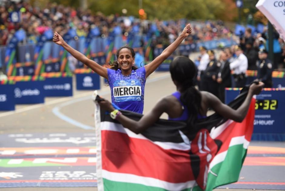 Mary Keitany (primer lugar) de Kenia, espera a Aselefch Mercia de Etiopía. (Foto: AFP)