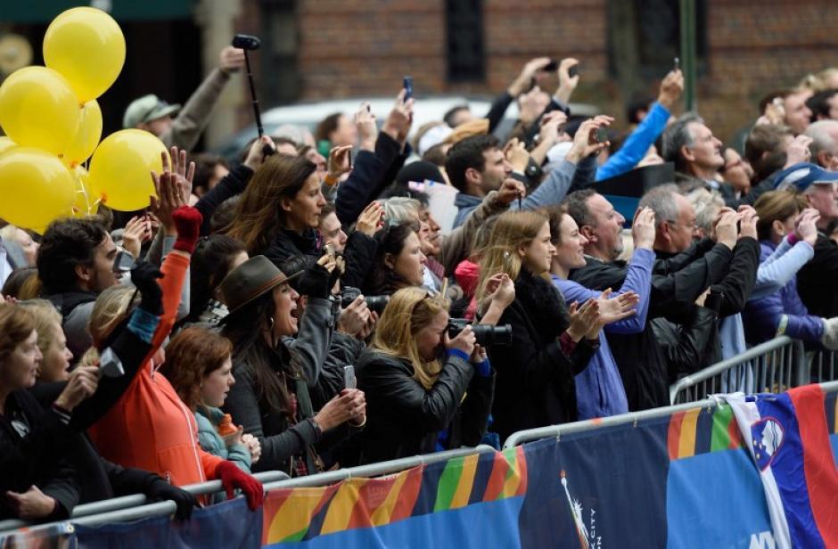 Cientos de personas salieron a las calles de Nueva York a ver el paso de los corredores. (Foto. AFP)