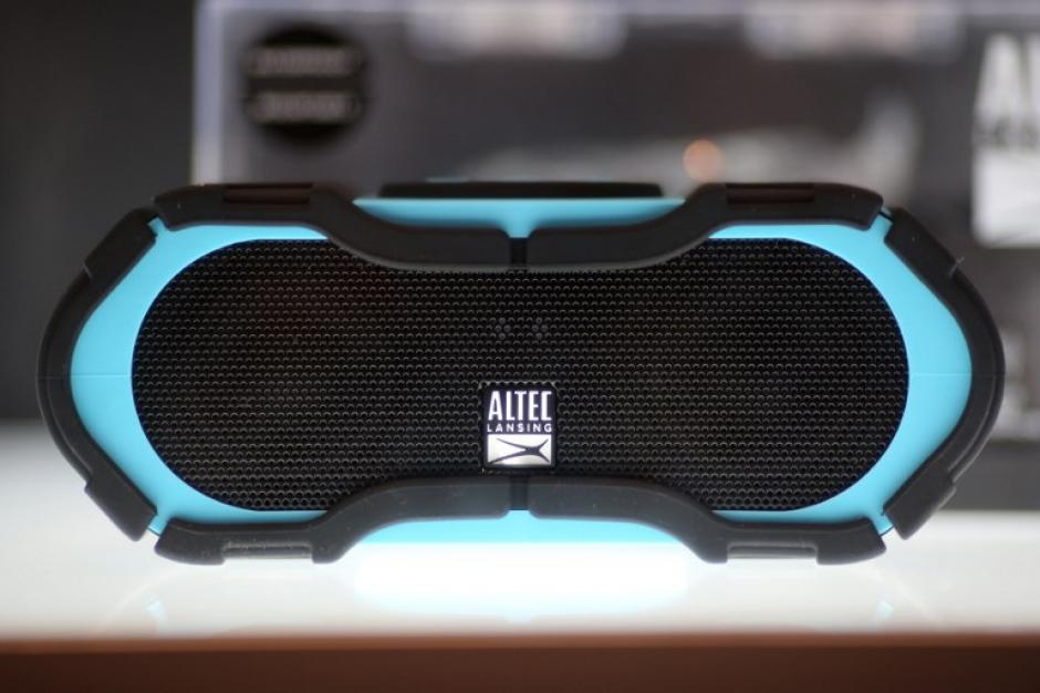 Ganador del premio CES 2016 Innovación para reproductores de medios portátiles y accesorios un altavoz Bluetooth, el sistema Altec Lansing Boomjacket flotante, sumergible, contragolpes y suciedad. (AFP/David McNew)