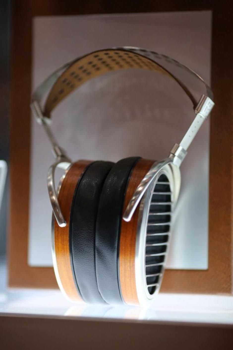 Ganador del Premio a la Innovación 2016 CES para Auriculares, Los auriculares magnéticos HiFiMan HE1000, se muestra en un escaparate en el CES. (Foto: AFP/David Mcwen)
