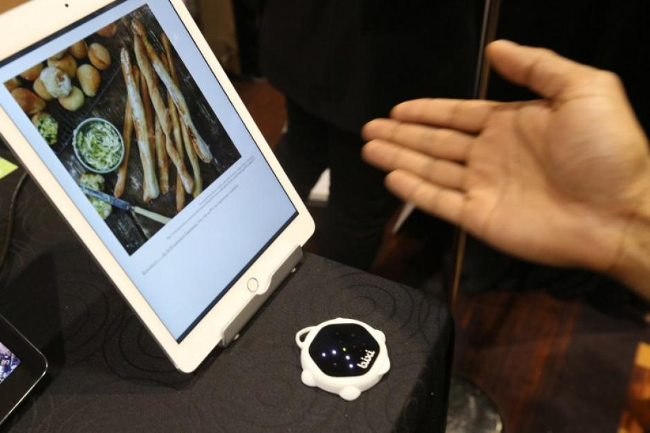 Una página en un dispositivo electrónico se activa con el movimiento de la mano sobre utilizando un aparato de detección de gesto controlado, llamado bixi. (Foto: AFP/David McNew)