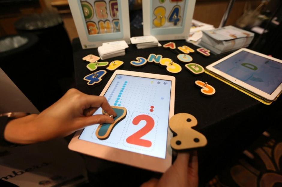 Letras inteligentes de madera interactivas se utilizan con una aplicación Marbotic en un dispositivo electrónico para las habilidades de aprendizaje. (Foto: AFP/David Mcnew)