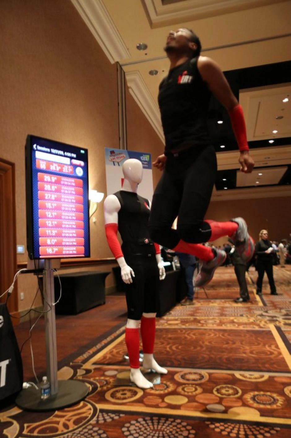 El Vert es un aparato que utiliza un sensor en el cuerpo de un hombre y determina la altura de su salto y otra información personal en el CES Unveiled. (Foto: AFP/DAVID McNew)