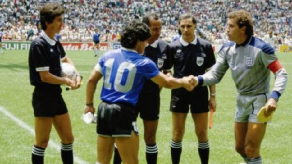 El saludo de Maradona y Shilton antes de iniciar el partido, ninguno de los dos imaginaba lo que sucedería en el juego. (Foto: Olé)