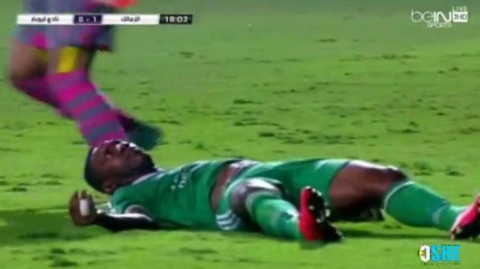 El jugadorRodi N'daye parece tener convulsiones luego del choque con el arquero rival y la caída que le provocó una lesión severa. (Captura YouTube)