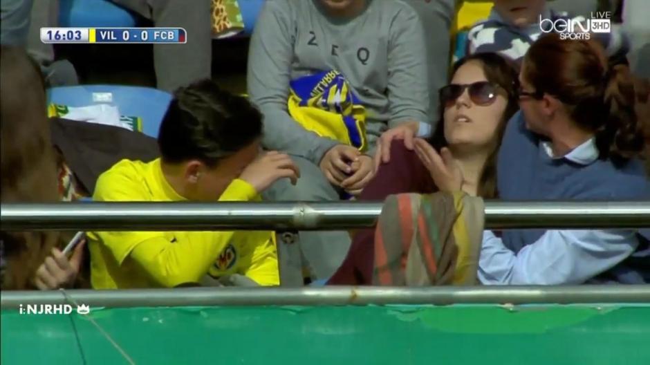 Aficionada recibe pelotazo de Messi en partido foto
