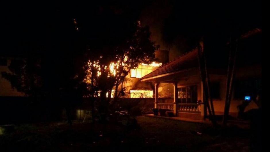 Las autoridades aún no han determinado que inició el fuego, pero aseguraron que están investigando el hecho. (Foto: Facebook/Pitakkiatti Witthaya School)