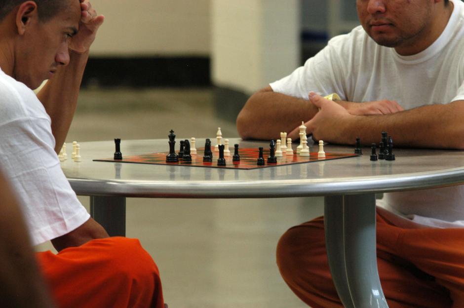 Los inmigrantes capturados por autoridades de Estados Unidos pueden pasar hasta 3 meses recluidos antes de ser deportados, acá dos latinoamericanos juegan ajedrez en una de las prisiones de McAllen, Texas. (Esteban Biba/Soy502)