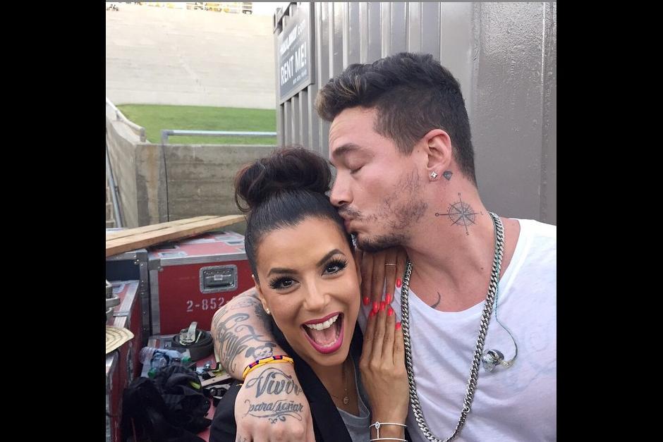 El cantante aprovechó para darle un beso a Eva Longoria durante su encuentro.(Foto: Instagram J Balvin)