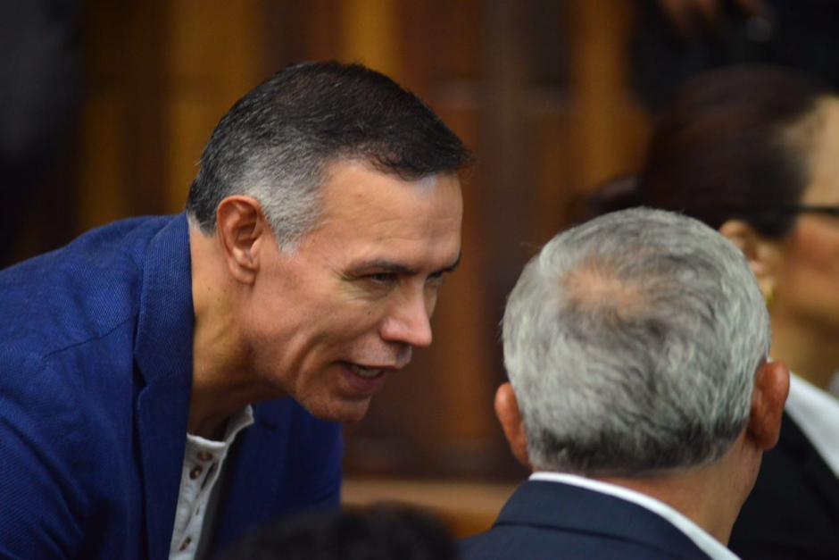 El expresidente del IGSS, Juan de Dios Rodríguez, habla con el expresidente Otto Pérez Molina.  (Foto: Jesús Alfonso/Soy502)