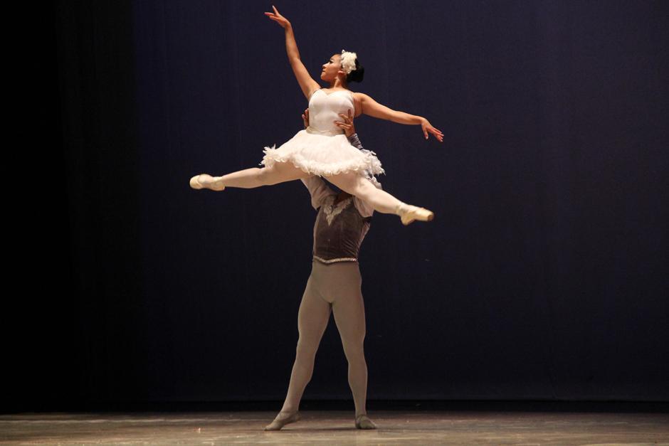 """La Escuela Municipal de Danza realizó su participación con un fragmento del Lago de los Cisnes de Tchaikovsky: """"Pas de deux"""" (Foto: Alexis Batres/Soy502)"""