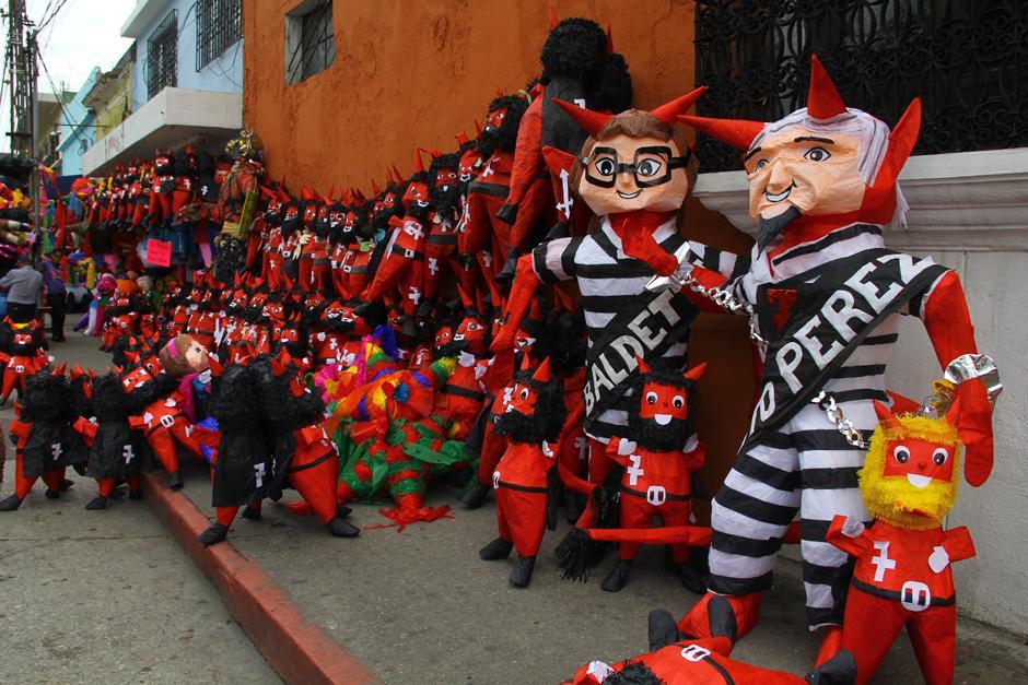 Las piñatas de Otto Pérez Molina y Roxana Baldetti serán utilizadas este 7 de diciembre para la Quema del Diablo. (Foto: Alexis Batres/Soy502)