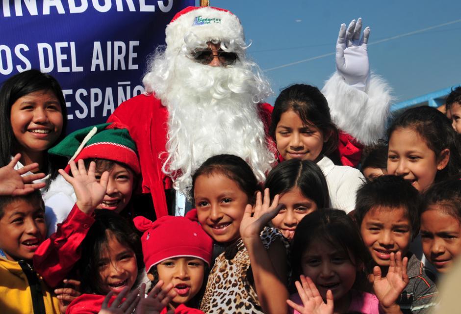 Santa Claus llevó alegría y regalos a la pediatría del Hospital San Juan de Dios(Foto: Alejandro Balán/Soy502)