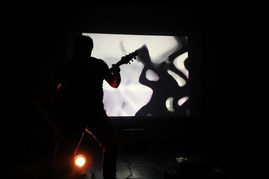 Sumidos en la oscuridad, introÁcido abrió el concierto experimental que se realizó este viernes en el Teatro Lux, instalaciones del Centro Cultural de España. (Foto: Alexis Batres/Soy502)