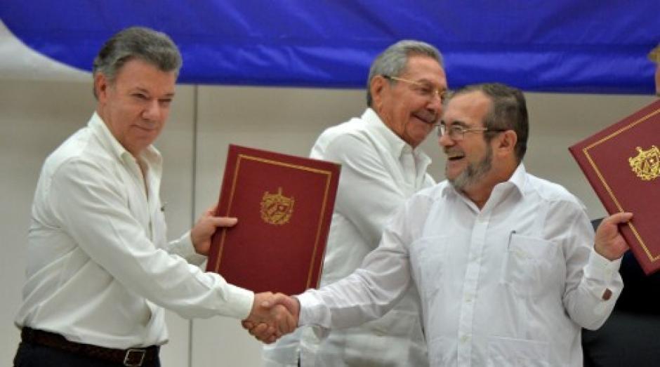 El presidente de Colombia, Juan Manuel Santos y el líder de las FARC, Timoleon Jiménez, firmaron en Cuba el cese al fuego. (Foto: AFP)