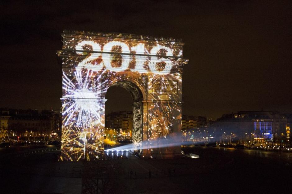 En Francia se prohibió la quema de cohetes o juegos pirotécnicos por respeto a las víctimas de la masacre sucedida semanas atrás. (Foto: AFP)