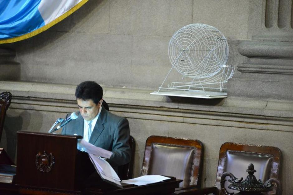 Pese a que el tema del antejuicio contra Pérez Molina era el primero en la agenda, una moción lo dejó hasta el final, pero la tómbola estaba lista desde que inició la sesión. (Foto: Jesús Alfonso/Soy502)