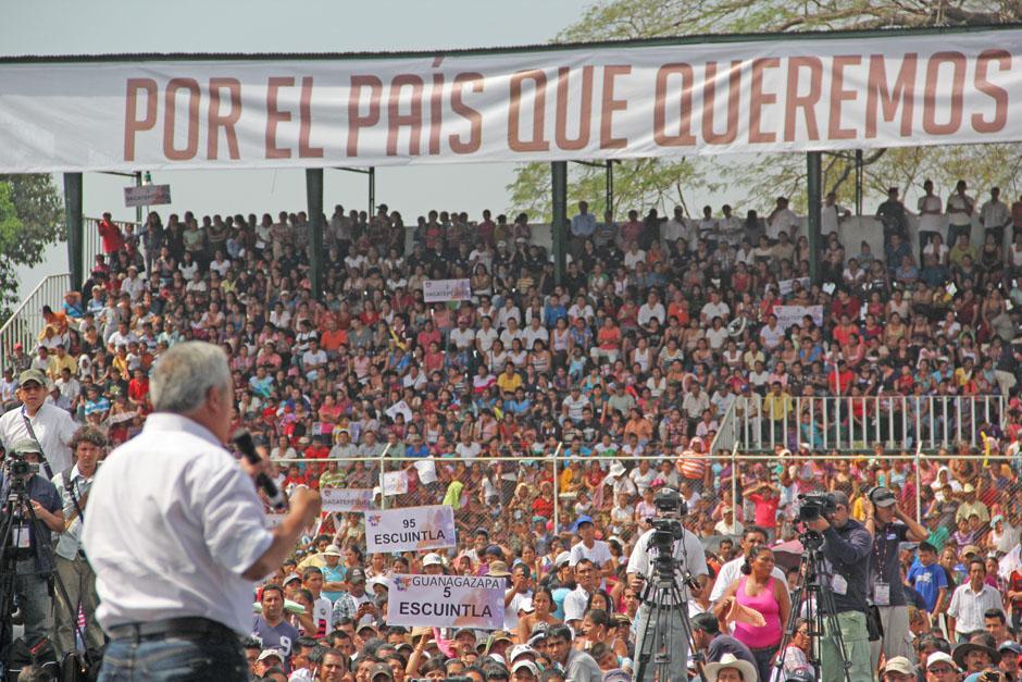 El presidente Otto Pérez presentó su Segundo Informe de Gobierno frente a miles de guatemaltecos que llegaron en buses marcados con el logo que utiliza el Gobierno para presentar su Informe. (Foto: Alexis Batres/Soy502)