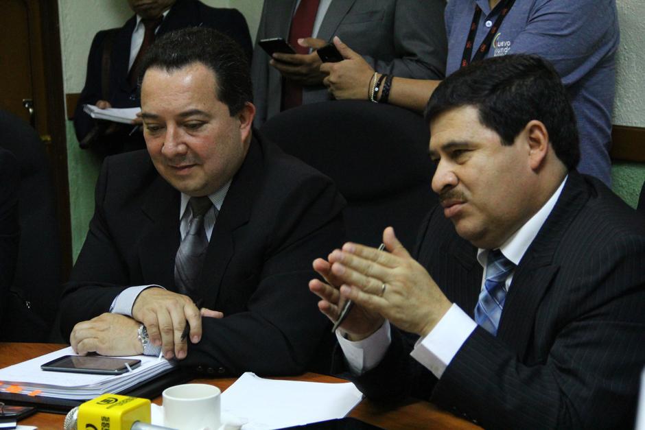 Edwin Martínez, viceministro de Finanzas, (izquierda) señaló que no hay recursos para pagar deuda en los próximos meses, son 1 mil 100 millones de quetzales faltantes. (Foto: Alexis Batres/Soy502)