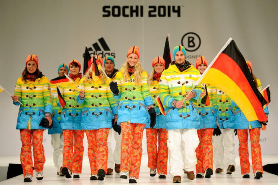 El uniforme de la delegación de Alemania generó algunas críticas al considerarlo más que representativo del país, como un diseño con un mensaje político. Los colores que presenta son los que utiliza el arcoiris gay. Para algunos es un mensaje de apoyo a los homosexuales en Rusia. Foto German Missions