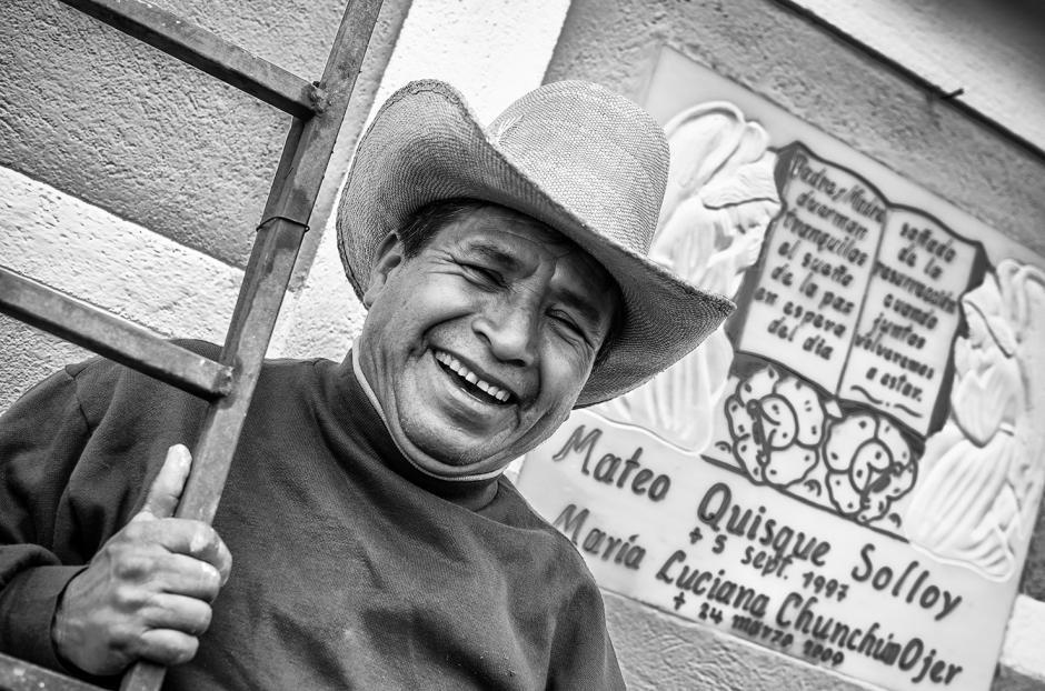 """""""En la fotografía ven a Don Mateo feliz de recordar a sus papás""""."""