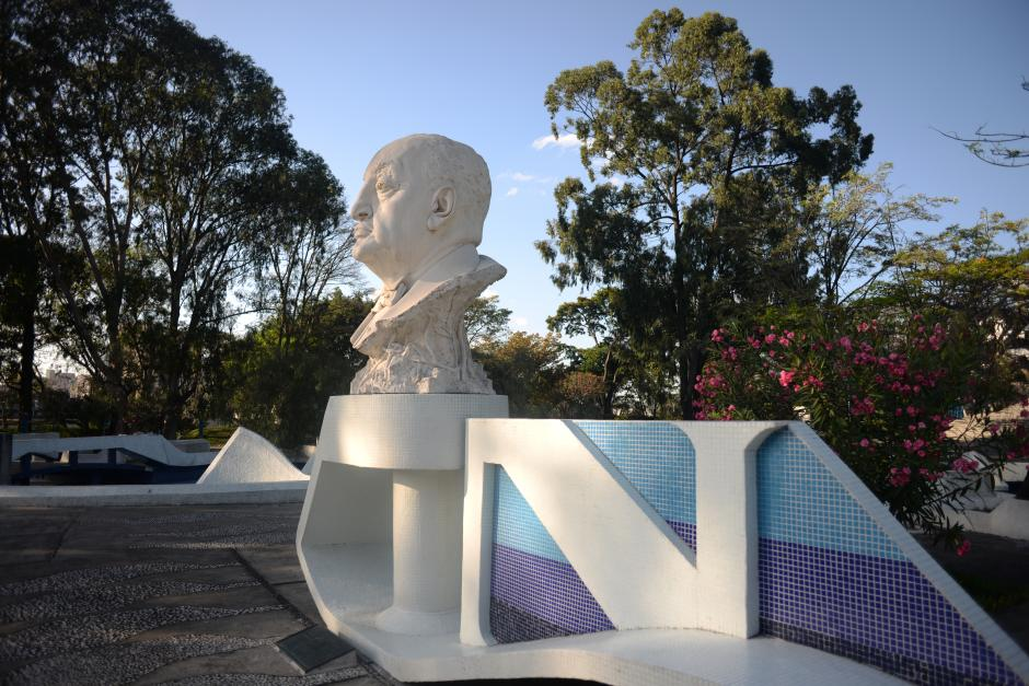 El busto de Miguel Ángel Asturias adorna el ingreso del Teatro Nacional que lleva su nombre (Foto: Jesús Alfonso/Soy502)