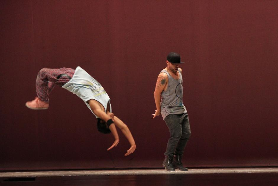 """El Grupo de Danza Urbana, de ArteCentro, presentó """"Urbata"""", donde las acrobacias y break dance se robaron los aplausos del público (Foto: Alexis Batres/Soy502)"""