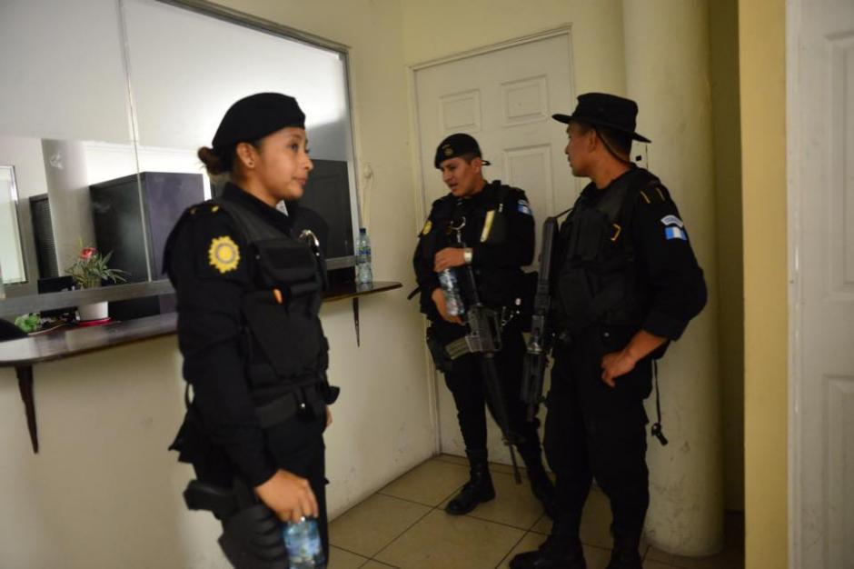 Los agentes de la PNC resguardaron la puerta de ingreso a las oficinas de recursos humanos, ubicada en el 5to nivel del edificio 10-57. (Foto: Jesús Alfonso/Soy502)