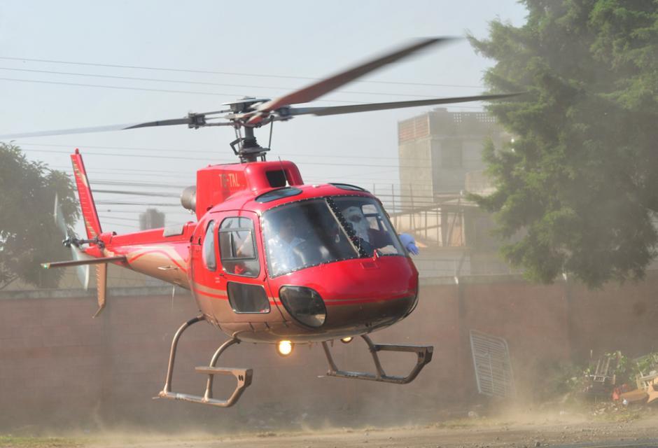 Santa Claus arribó al parqueo del hospital, a bordo de un helicóptero color rojo.(Foto: Alejandro Balán/Soy502)