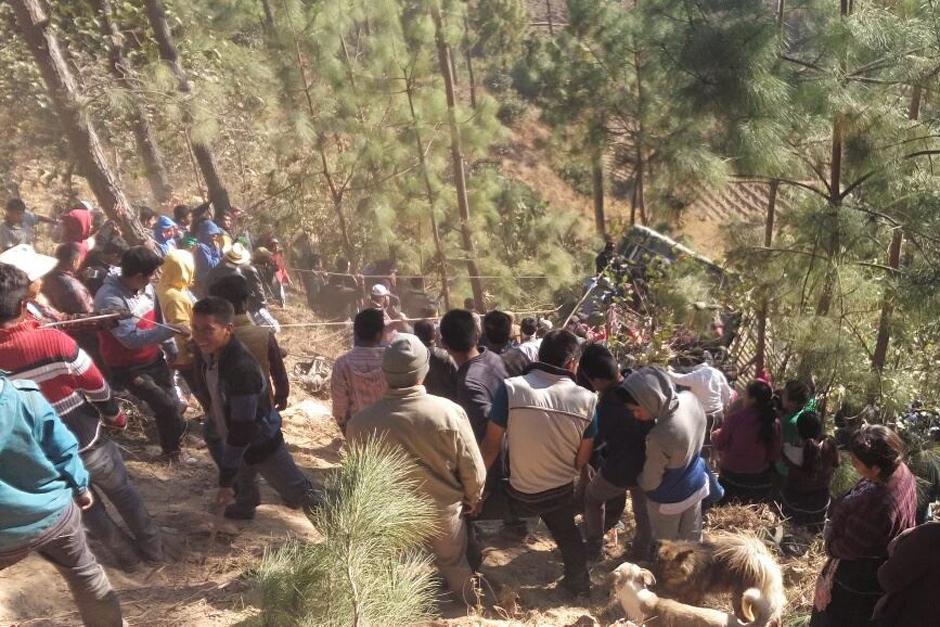 Vecinos del lugar colaboraron para rescatar a las personas heridas. (Foto: Nuestro Diario)