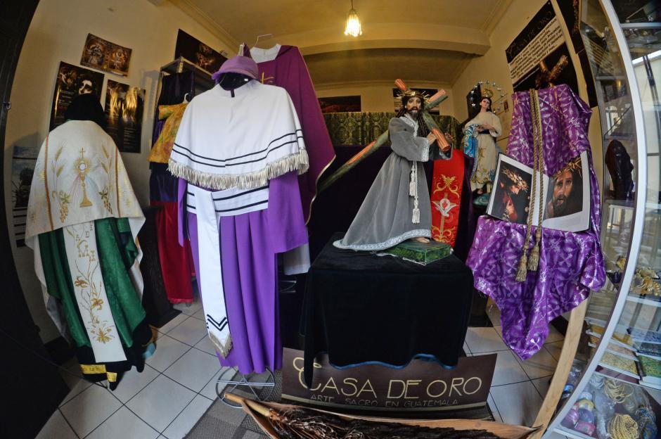 Casa de Oro tiene vestimentas religiosas de todo tipo: túnicas para sacerdotes, para cucuruchos incluso para imágenes. (Foto: Esteban Biba/Soy502)