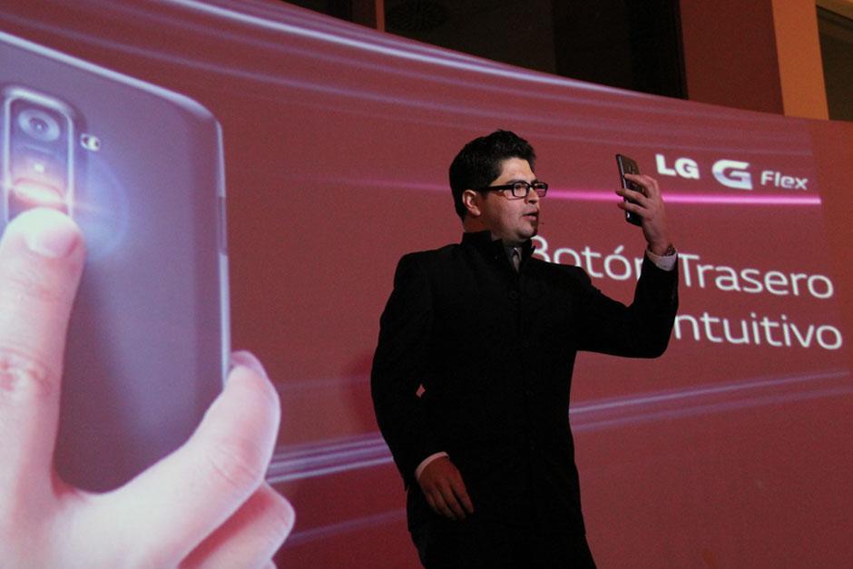 Julio Osorio, especialista en productos de LG Guatemala, durante la presentación del teléfono LG Flex en el país. (Foto: Alexis Batres/Soy502)