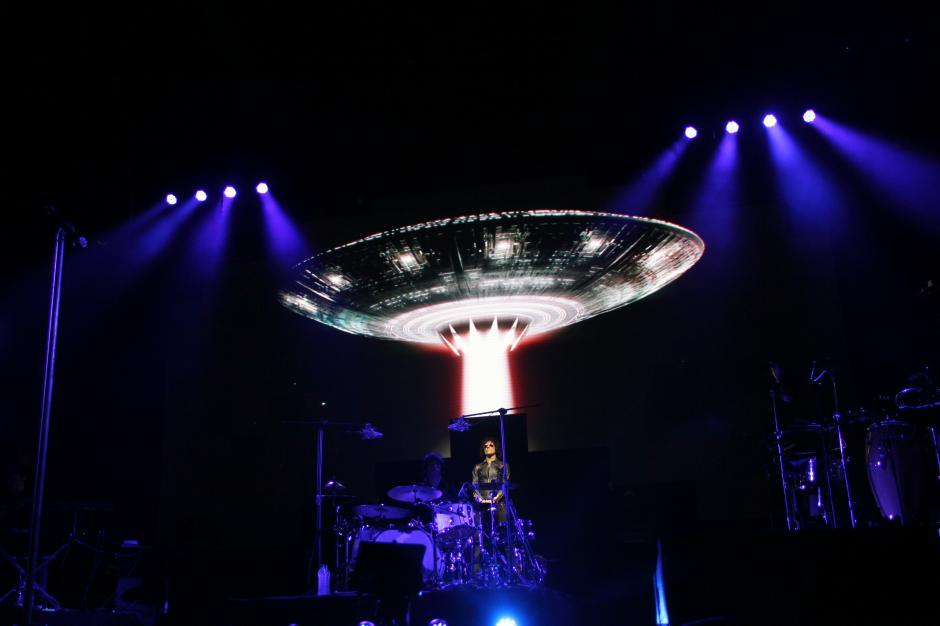 Antes de comenzar el concierto, un platillo volador surcaba la pantalla del escenario y de un momento a otro Bunbury dio la impresión de descender de él para dar inicio a una inolvidable velada.(Foto: Alexis Batres/Soy502)