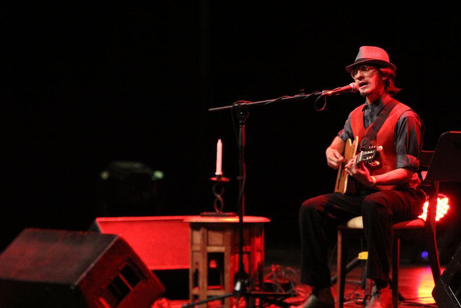"""Carlos Rafael Hernández """"El Gordo"""", fue el primero en pisar el escenario para dar por inaugurado el concierto. (Foto: Alexis Batres/Soy502)"""