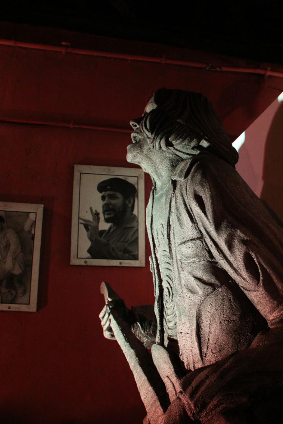 Una estatua de 2.5 metros del músico se encontraba en el ingreso de la Bodeguita del Centro en donde se realizó el homenaje. (Foto: Alexis Batres/Soy502)