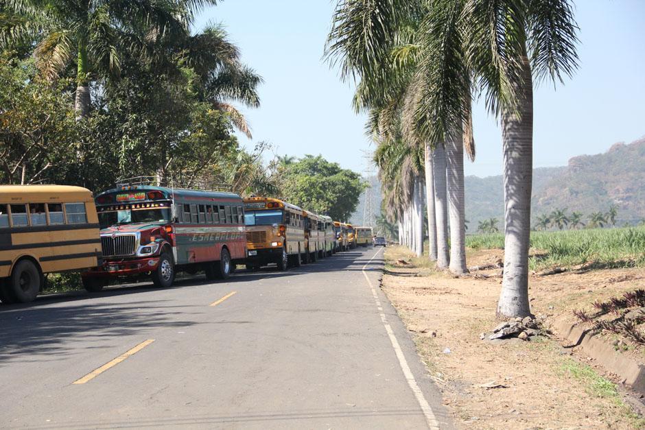 La fila de buses era interminable. De ellos descendieron suficientes personas para llenar el Estadio Armando Barillas, en la cabecera departamental de Escuintla. (Foto: Alexis Batres/Soy502)