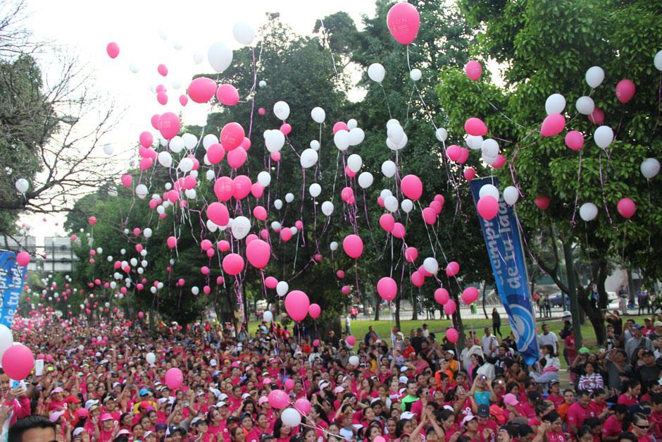Una de las características de esta carrera es el lanzamiento de miles de globos al aire en la salida. (Foto: Alexis Batres/Soy502)