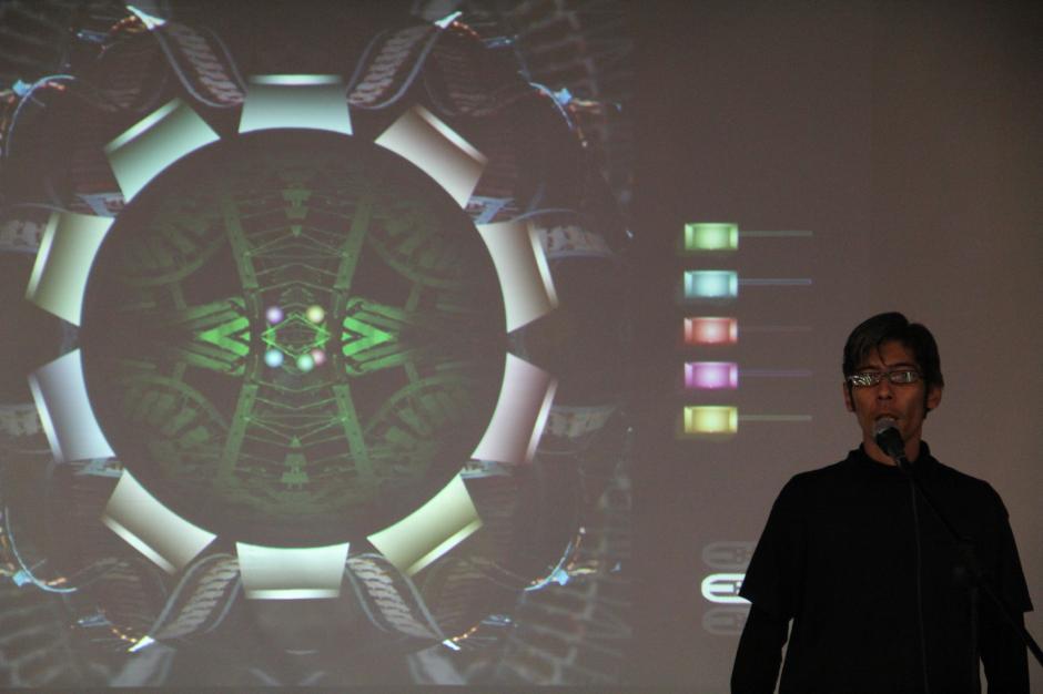 """Kike, de introÁcido, explica el """"instrumento"""" en la pantalla, el cual fue creado por músico David Marín, cuya función es reproducir sonidos de forma aleatoria e independiente. (Foto: Alexis Batres/Soy502)"""
