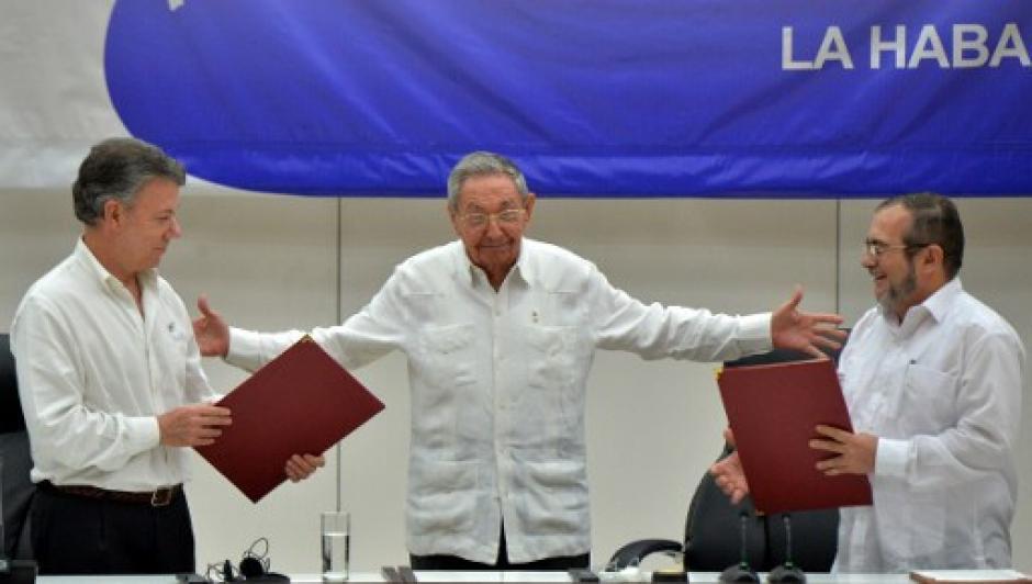 Raúl Castro, presidente de Cuba, abraza a los antiguos enemigos. (Foto: AFP)