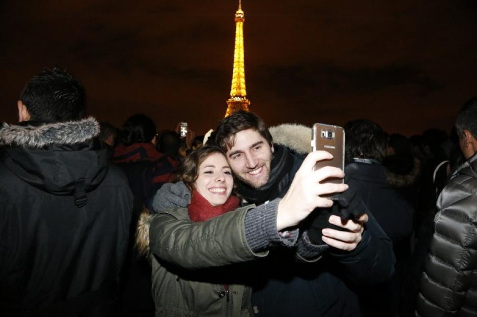 Pese a la tragedia, Paris celebró con solemnidad el nuevo año 2016, bebiendo y festejando en las calles. (Foto: AFP)