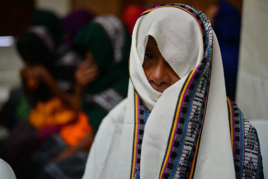 Las mujeres han llegado a todas las audiencias con el rostro cubierto. (Foto Wilder López/Soy502)