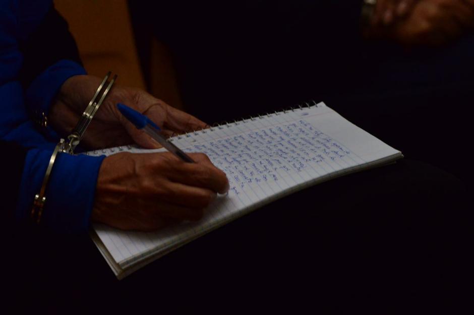 Graciela López, quien fuera representante legal de de Blue Oil, escribe mientras inicia la audiencia de primera declaración. (Foto: Jesús Alfonso/Soy502)