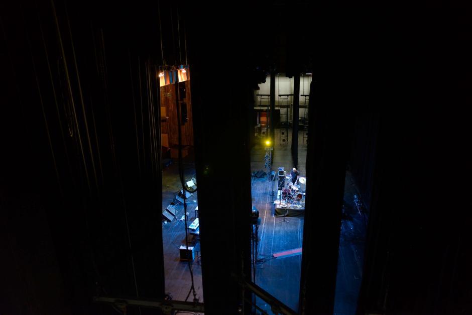 Desde el puente de Tramoya o área del maquinista, a 11 metros de altura del escenario; se puede observar el ensayo de una banda. (Foto: Jesús Alfonso/Soy502)
